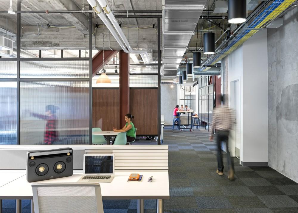 Moc uzavřených kanceláří tady nenajdete. Pracuje se všude. Podle Studia O+A, tím Yelp chce maximálně podpořit interakci mezi zaměstnanci…
