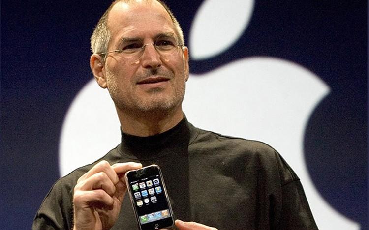 Ukázka toho, jak lidé reagovali na představení prvního iPhone v roce 2007