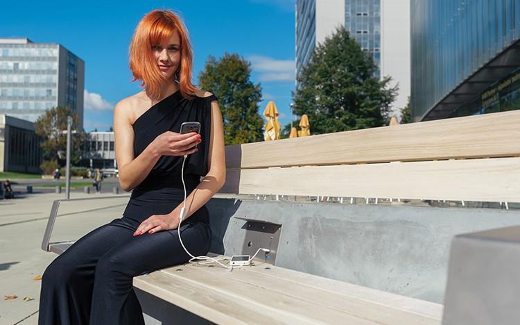 Český projekt CapaSitty vytváří chytré lavičky s možností ekologického nabíjení telefonů