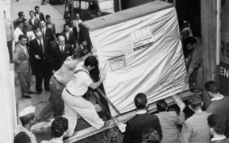 Podívejte se na superpočítač od IBM z roku 1956, který měl 5 MB hard disk a vážil 1 tunu