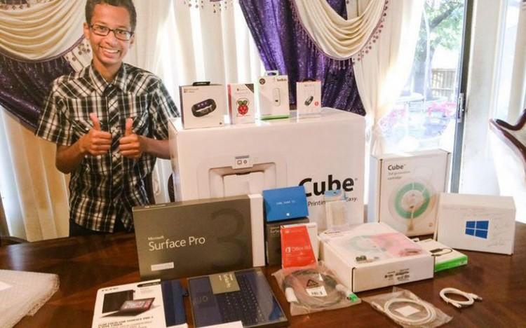 14letý Ahmed Mohamed, který byl ve škole neprávem zatčen, obdržel kopu dárků od Microsoftu