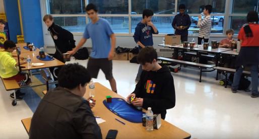 Podívejte se, jak teprve 14letý Američan překonal rekord ve složení Rubikovy kostky (video)