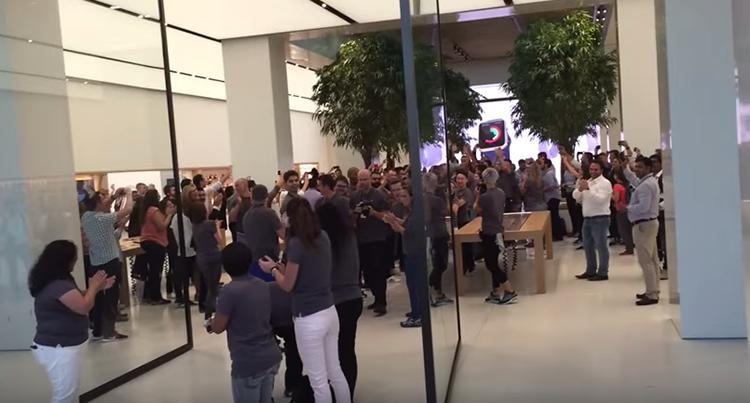Podívejte se, jak vypadá největší Apple Store na světě (video)
