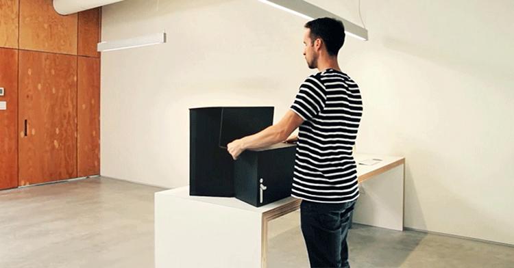 """Oristand: přenosný """"standing"""" desk na práci ve stoje za 25 dolarů"""