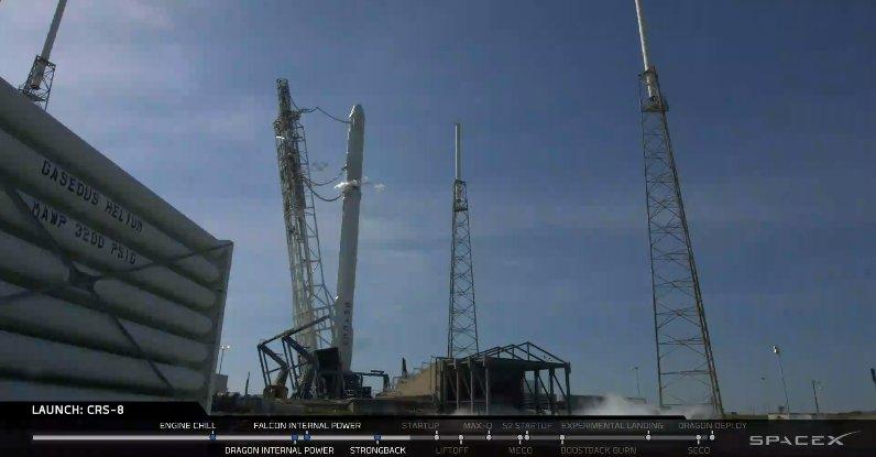 Raketa Falcon 9 poprvé úspěšně přistála na mořské plošině! (video)