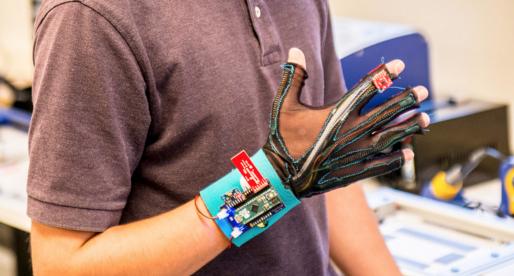 Dvojice studentů vytvořila speciální rukavice, které jsou schopny překládat znakovou řeč