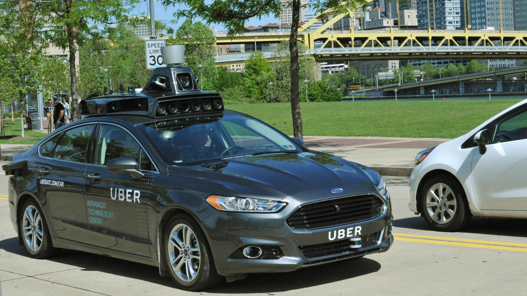 Autonomní systémy testuje i alternativní přepravní služba Uber. A není jediná.