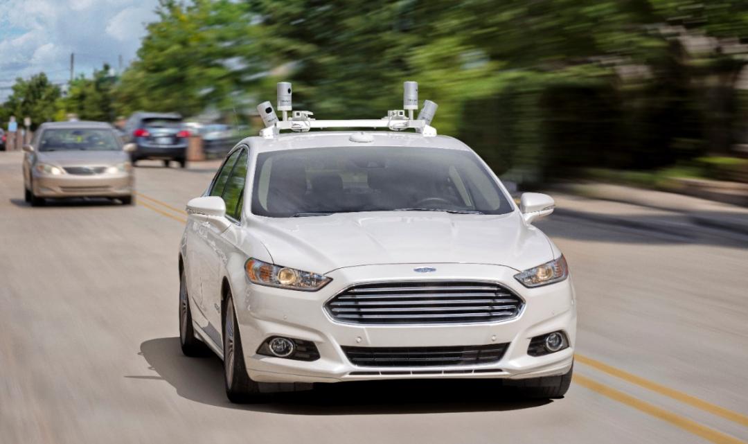 Automobilka Ford chce do roku 2021 prodávat samoříditelná vozidla bez pedálů a volantu