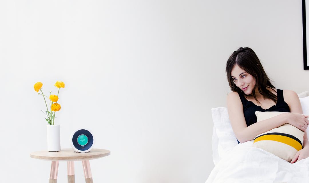 Tento chytrý budík dokáže pomocí umělé inteligence přizpůsobit vstávání dennímu režimu
