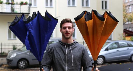 Berlínský startup vymyslel unikátní deštník, který zůstane suchý na povrchu i po použití v dešti