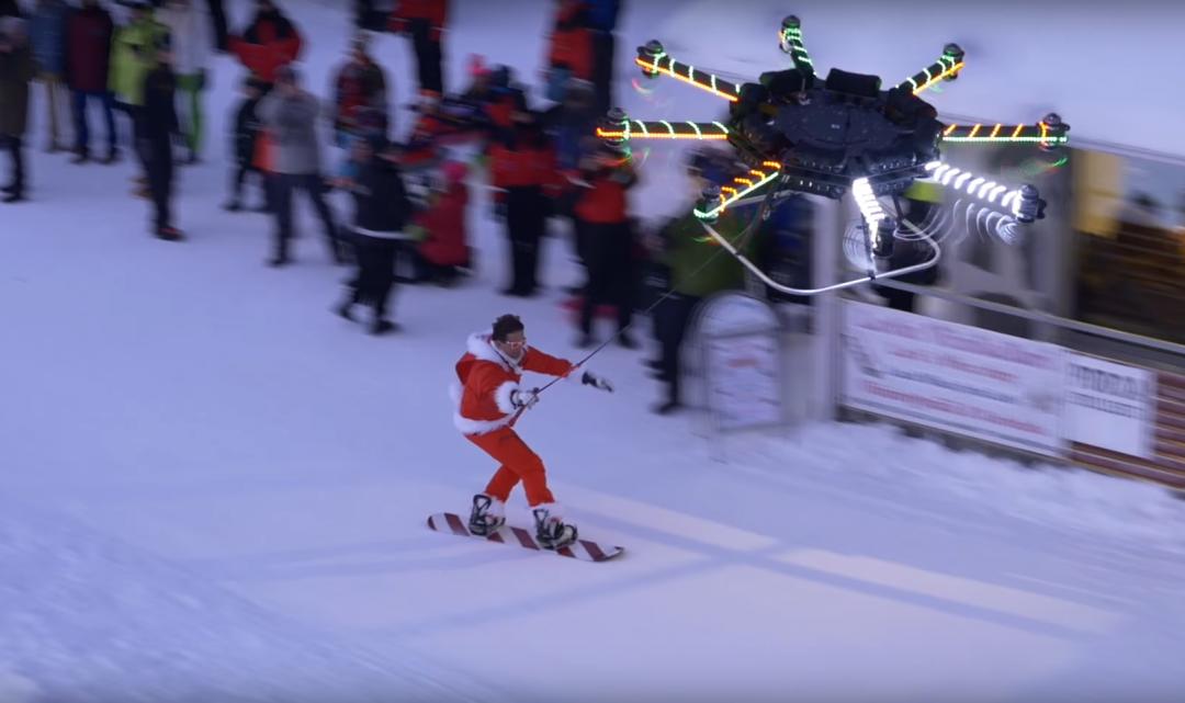 Populární youtuber Casey Neistat představil masivní dron, který bez problémů unese člověka i se snowboardem