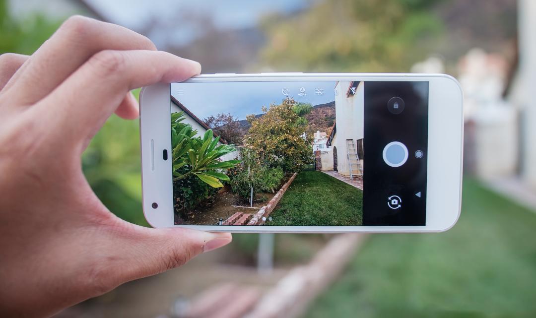 Google představil vyhledávání pomocí rozšířené reality a asistenta podobného Siri na iPhonu