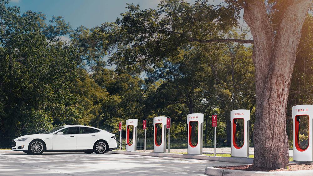 Podívejte se, kolik zaplatí noví majitelé elektromobilů Tesla za dobíjení na Superchargerech