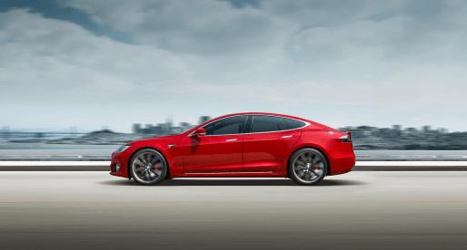 Tesla zvyšuje dojezd o dalších 32 kilometrů a zrychlením překonává Faraday Future