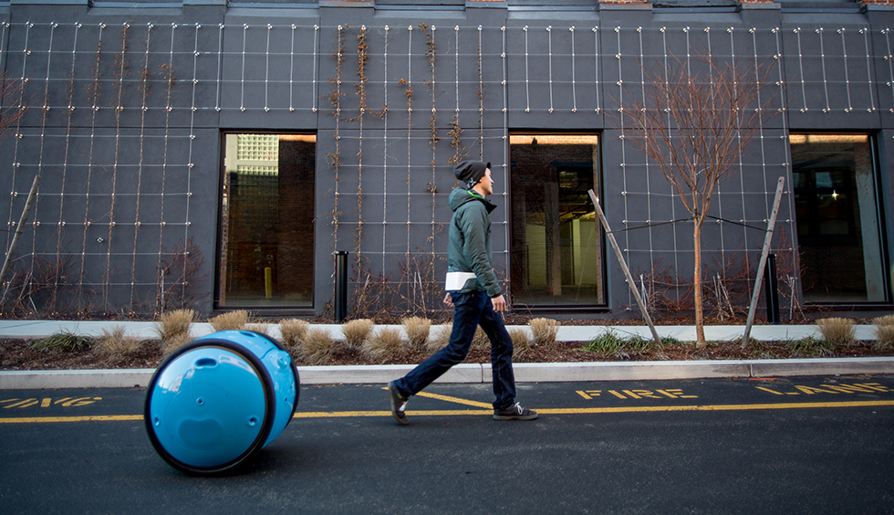 """Tvůrci Vespy vytvořili autonomní """"osobní tašku"""", která sama odveze například váš nákup"""