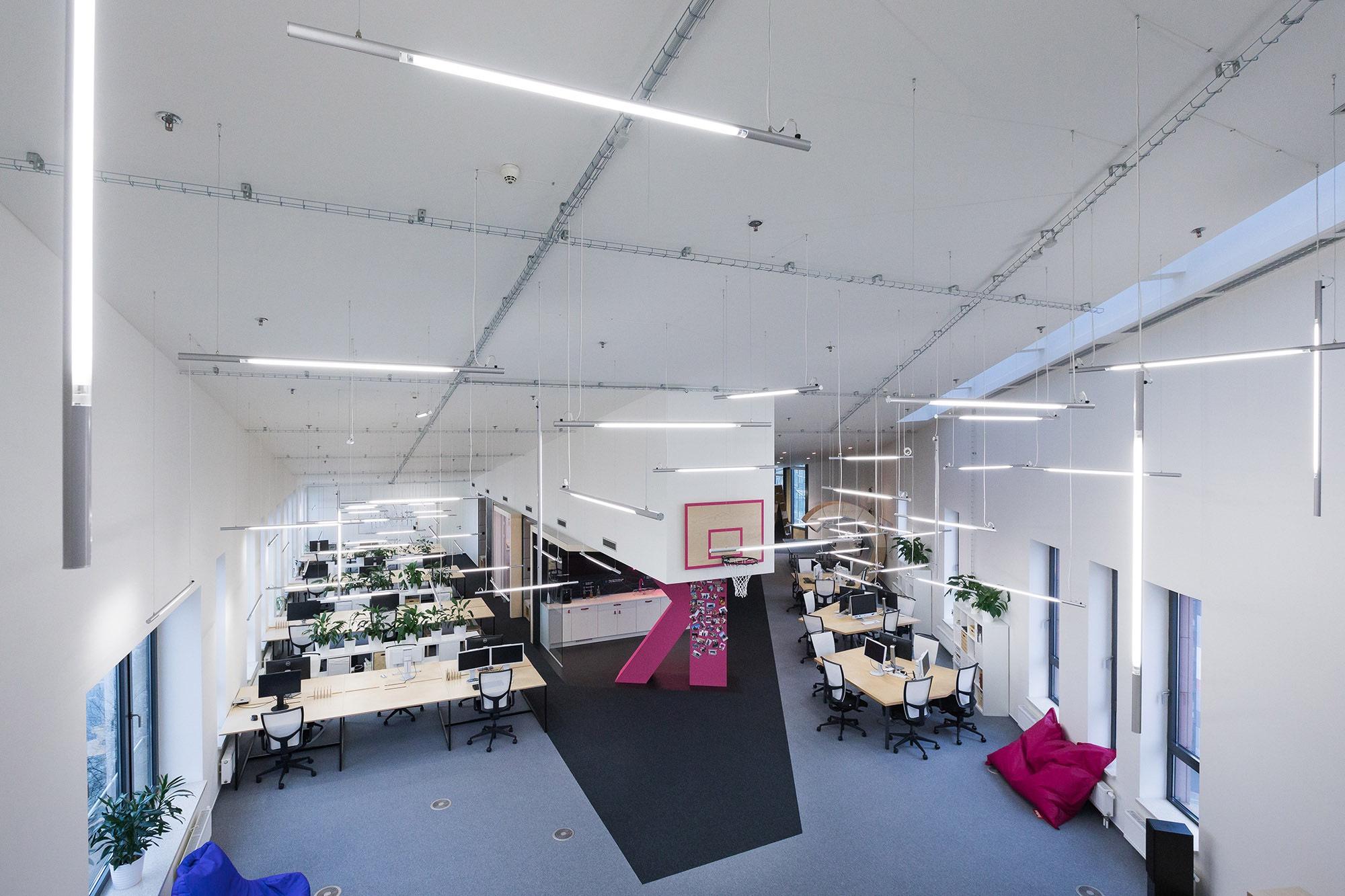 Vestavěné patro nabízí výhled na celou kancelář
