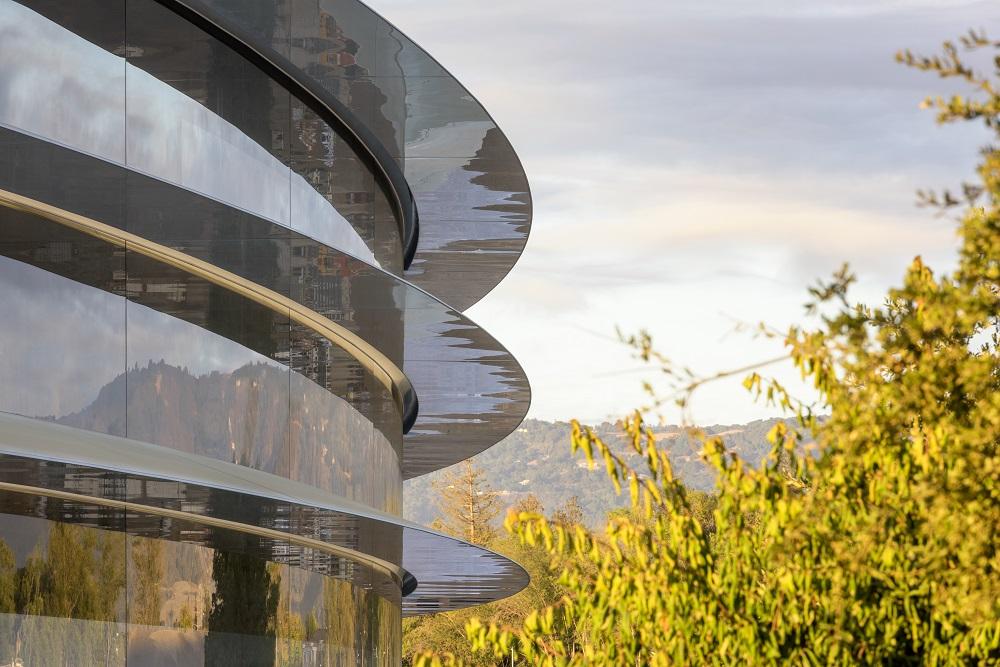 Vedle solárních střech je Apple Park obehnán největšími skleněnými panely na světě.