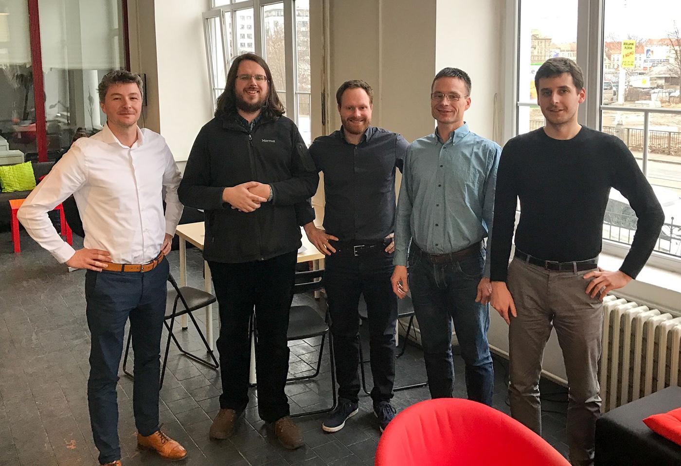 Spoluzakladatel Mitonu Ondřej Raška vlevo s týmem Rossum. Druhý zprava Nikola Rafaj ze StartupYardu