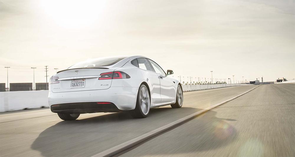 Tesla opět překonala svůj rekord ve zrychlení a nechala za sebou Ferrari i Porsche
