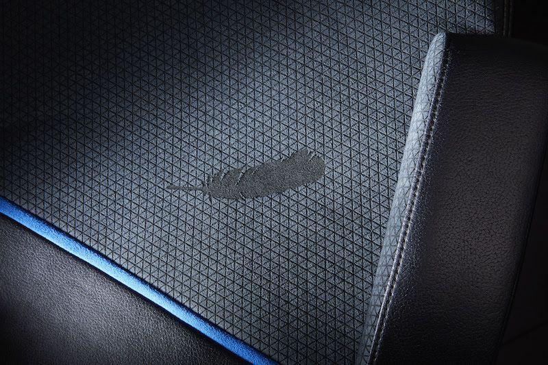 Logo New Shepard, které je vyryté na každé sedačce.
