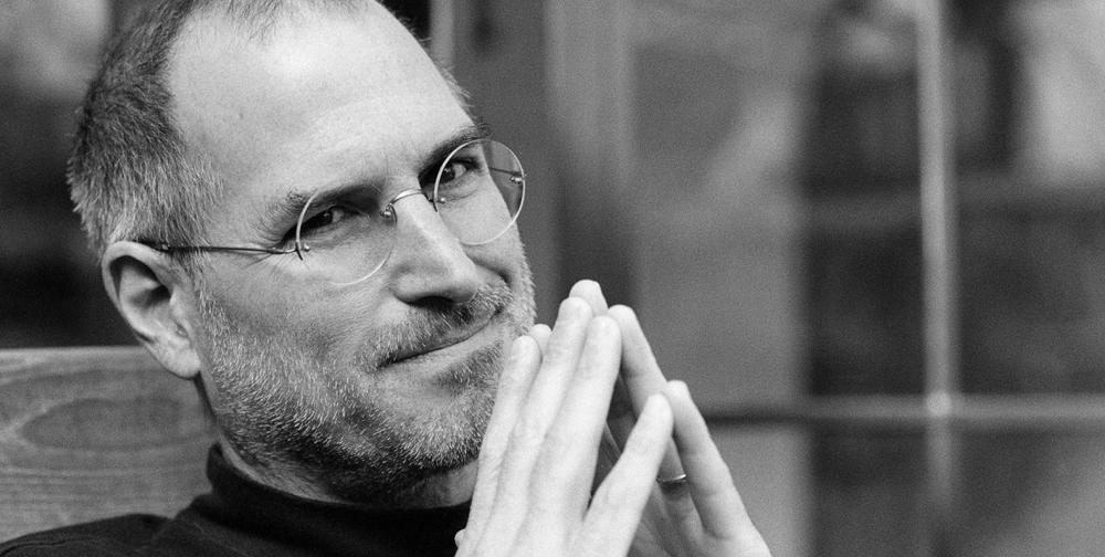 Steve Jobs prohrál boj se vzácnou rakovinou slinivky břišní 5. října 2011 ve věku 56 let. Velitelské kormidlo v Applu následně převzal Tim Cook.