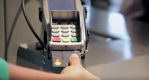 Mastercard testuje nové platební karty, se kterými je možné zaplatit pomocí otisku prstu