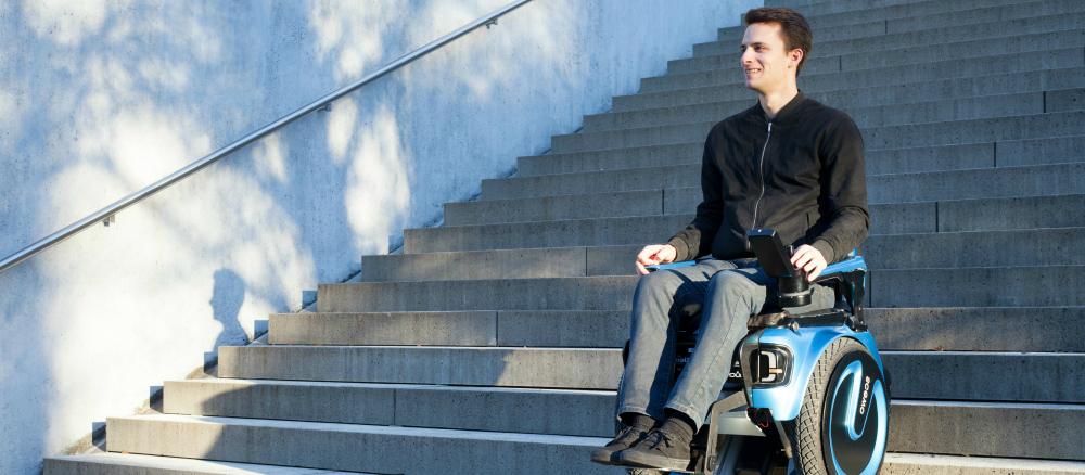 Švýcarští studenti navrhli elektrický invalidní vozík, který dokáže vyjet schody