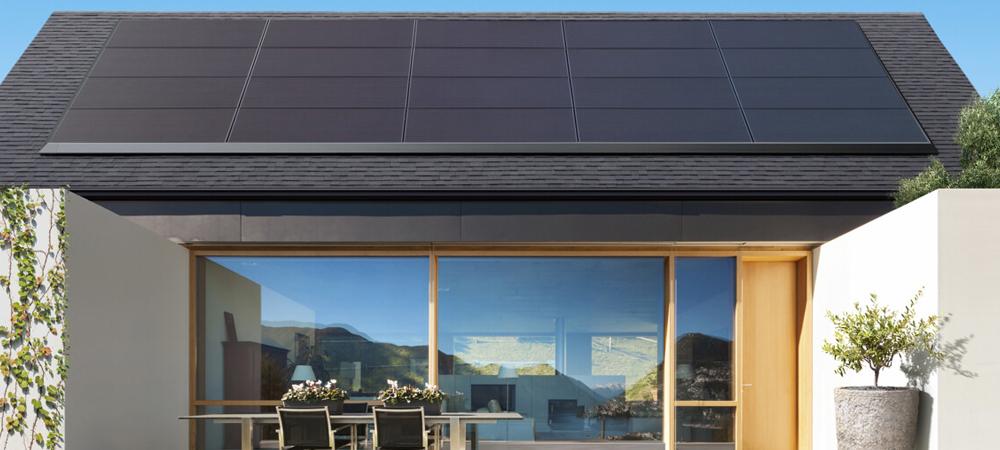 Tesla představila solární panely, které jednoduše nasadíte na téměř jakoukoliv střechu