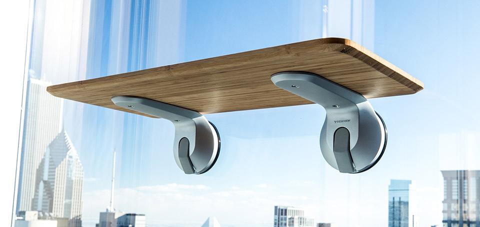 DeskView je minimalistický stůl pro práci ve stoje, který připevníte k čemukoliv
