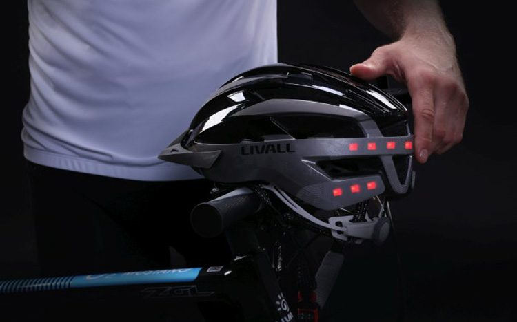 Tato chytrá cyklistická helma přivolá pomoc v případě vážné nehody