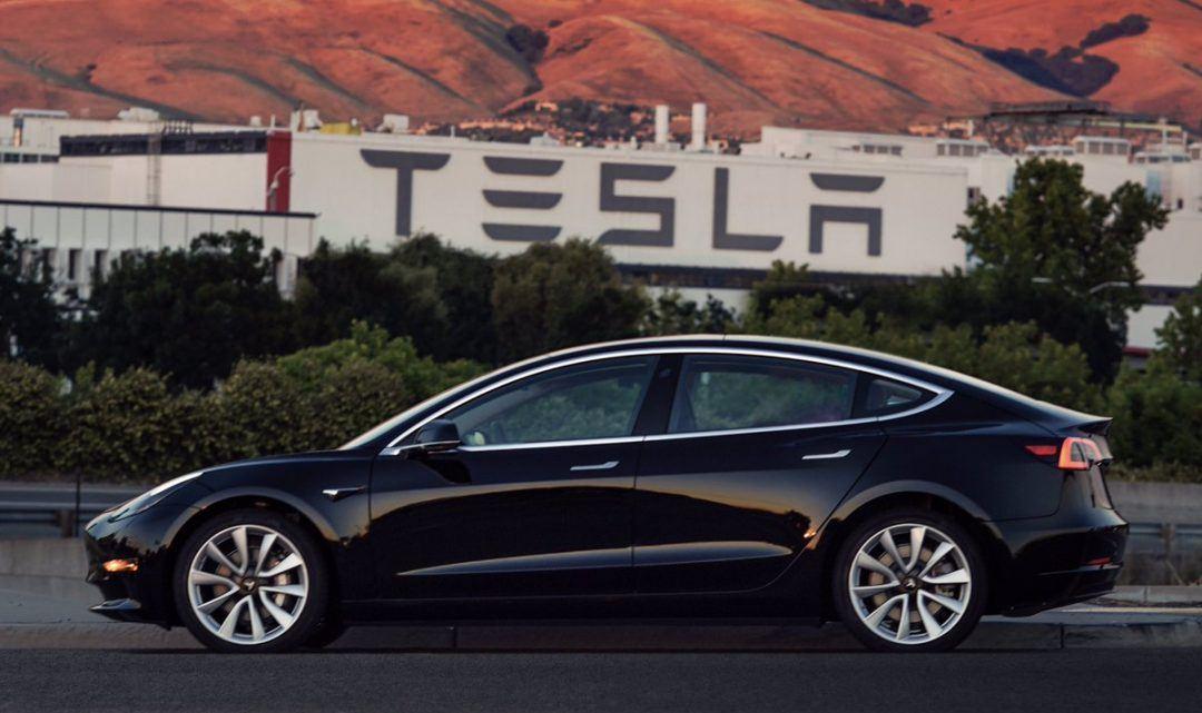 Podívejte se na úplně první vyrobený kus Tesla Modelu 3, který bude doručen zákazníkovi