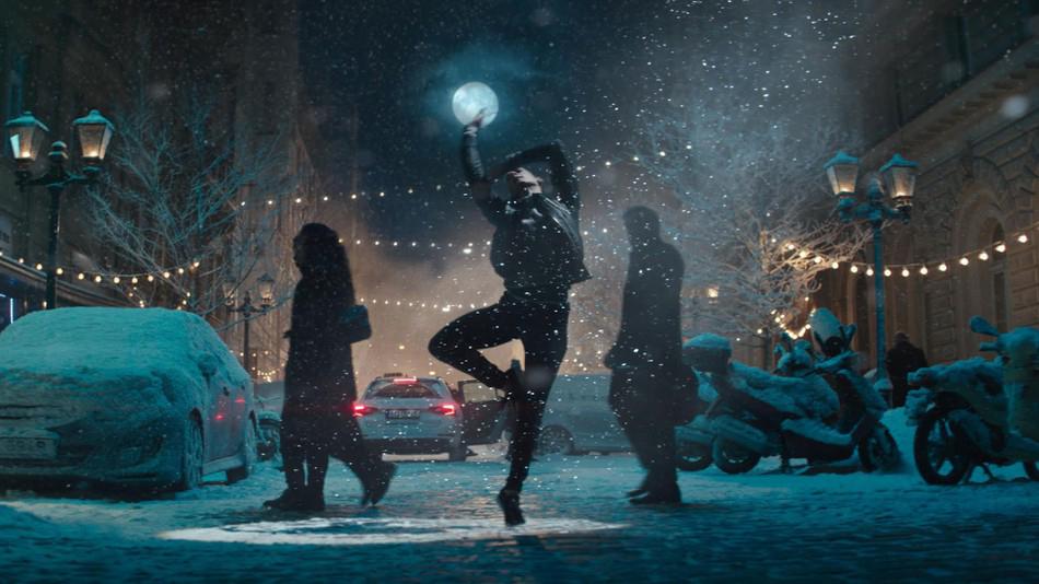 Apple představil vánoční reklamu na iPhone X a AirPods natáčenou v Praze (video)