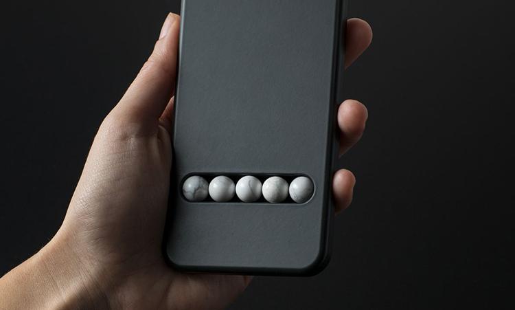 Rakouský designér vymyslel produkt, který vás zbaví závislosti na telefonu