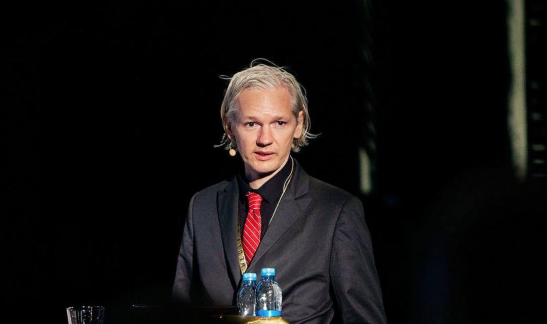 Zakladatel WikiLeaks Julian Assange se kvůli ochraně před vydáním stal ekvádorským občanem