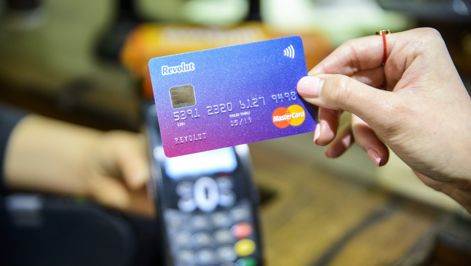 Revolut disponuje také vlastními platebními kartami