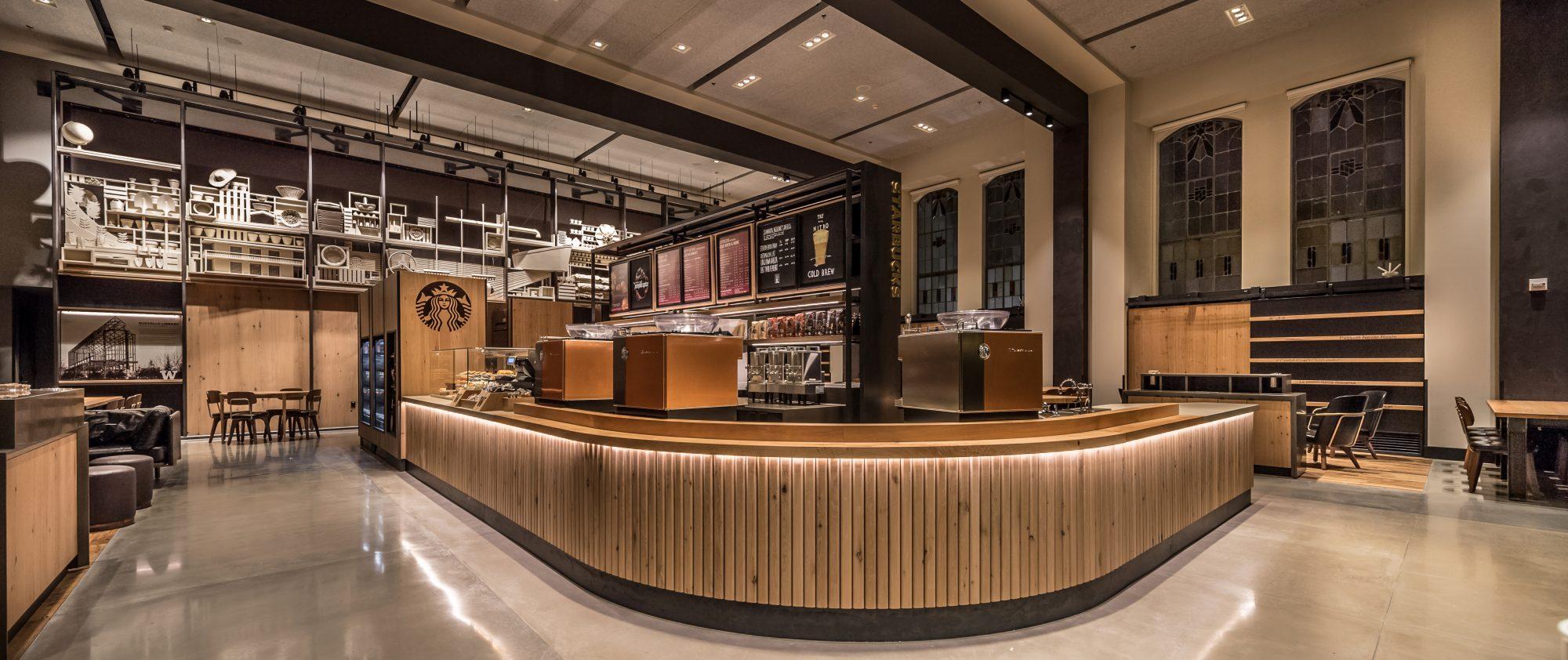 Designová provozovna Starbucksu v Suzzallo Library na University of Washington.