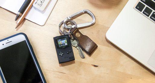 """Nizozemský vývojář vytvořil """"klíčenkový"""" Game Boy podporující tradiční hry od Nintenda"""