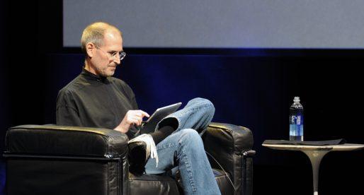 V aukci se brzy objeví raritní pracovní žádost Steva Jobse či podepsaný manuál k Mac OS X