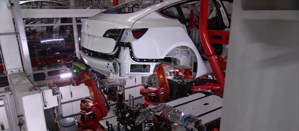 Záběr z výrobní linky Tesla Modelu 3