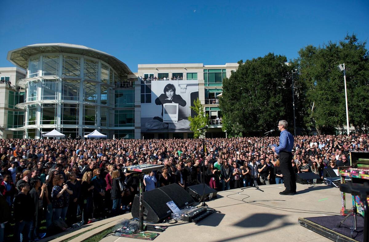 Proslov Tima Cooka (CEO) k zaměstnancům Applu během memoriálu k úmrtí Steva Jobse