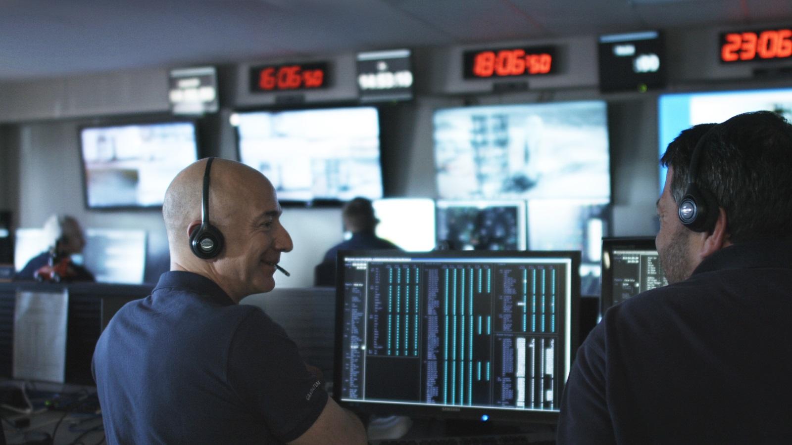 Jeff Bezos v kontrolním centru Blue Origin