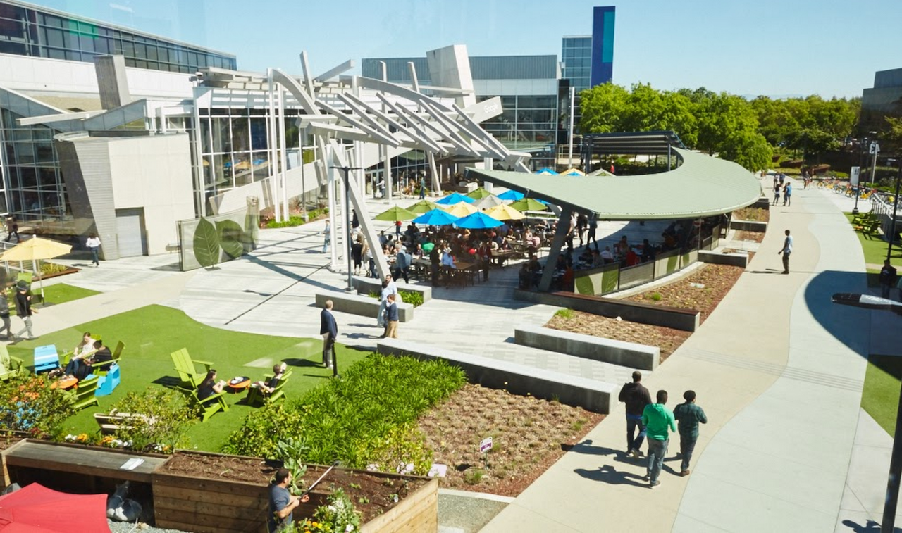 Walking meetings mohou probírat i uvnitř kampusu. Na fotce Googleplex, HQ Googlu.