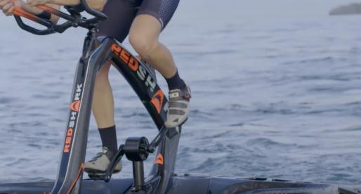 Bývalý designér BMW navrhl stylové vodní kolo v podobě trimaranu