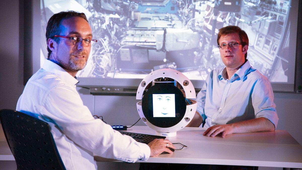 Till Eisenberg (vlevo) a Christoph Koessl, softwarový inženýr v Airbusu, během vývoje CIMON