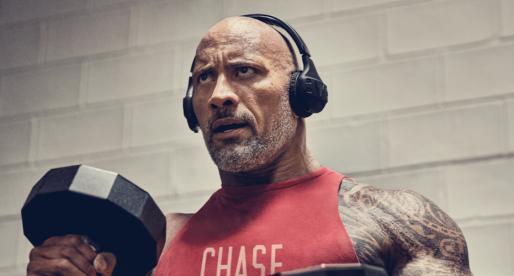"""Známý herec Dwayne """"The Rock"""" Johnson navrhl vlastní sportovní sluchátka Project Rock"""