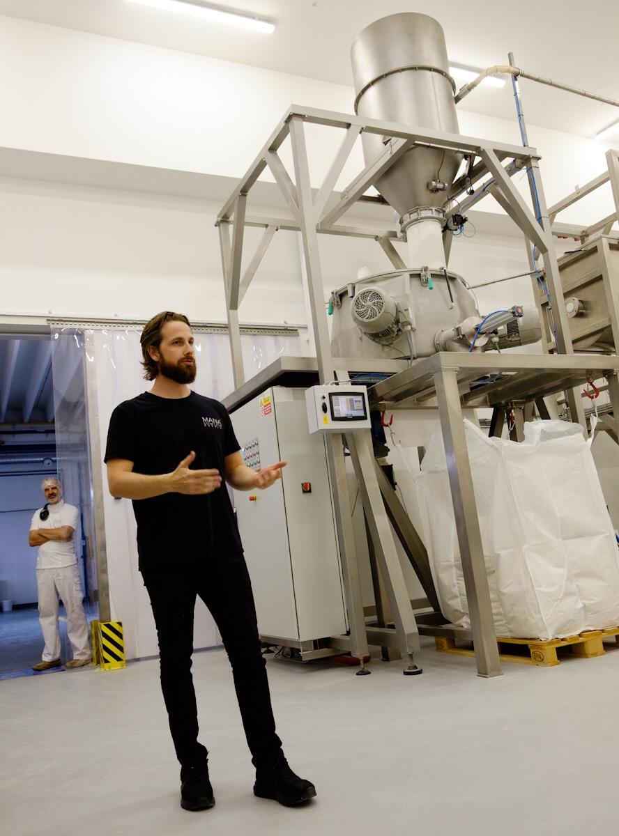 Zakladatel startupu Heaven Labs a tvůrce nápoje MANA Jakub Krejčík během prohlídky nového míchacího stroje