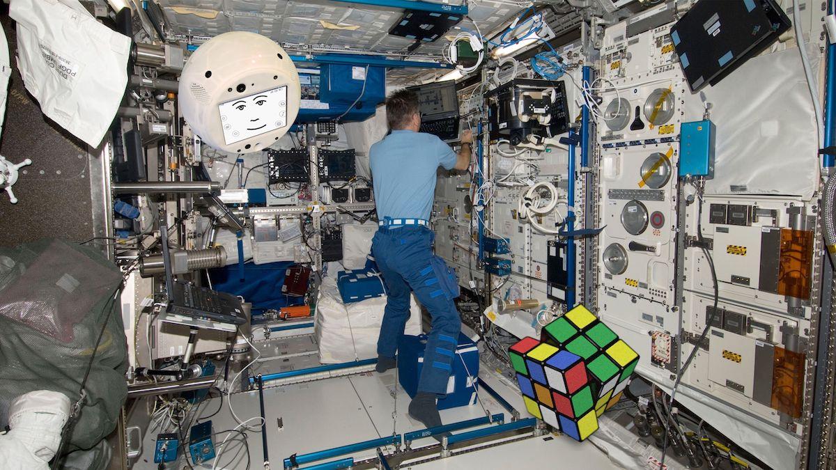 CIMON během úkolu s řešením Rubikovy kostky