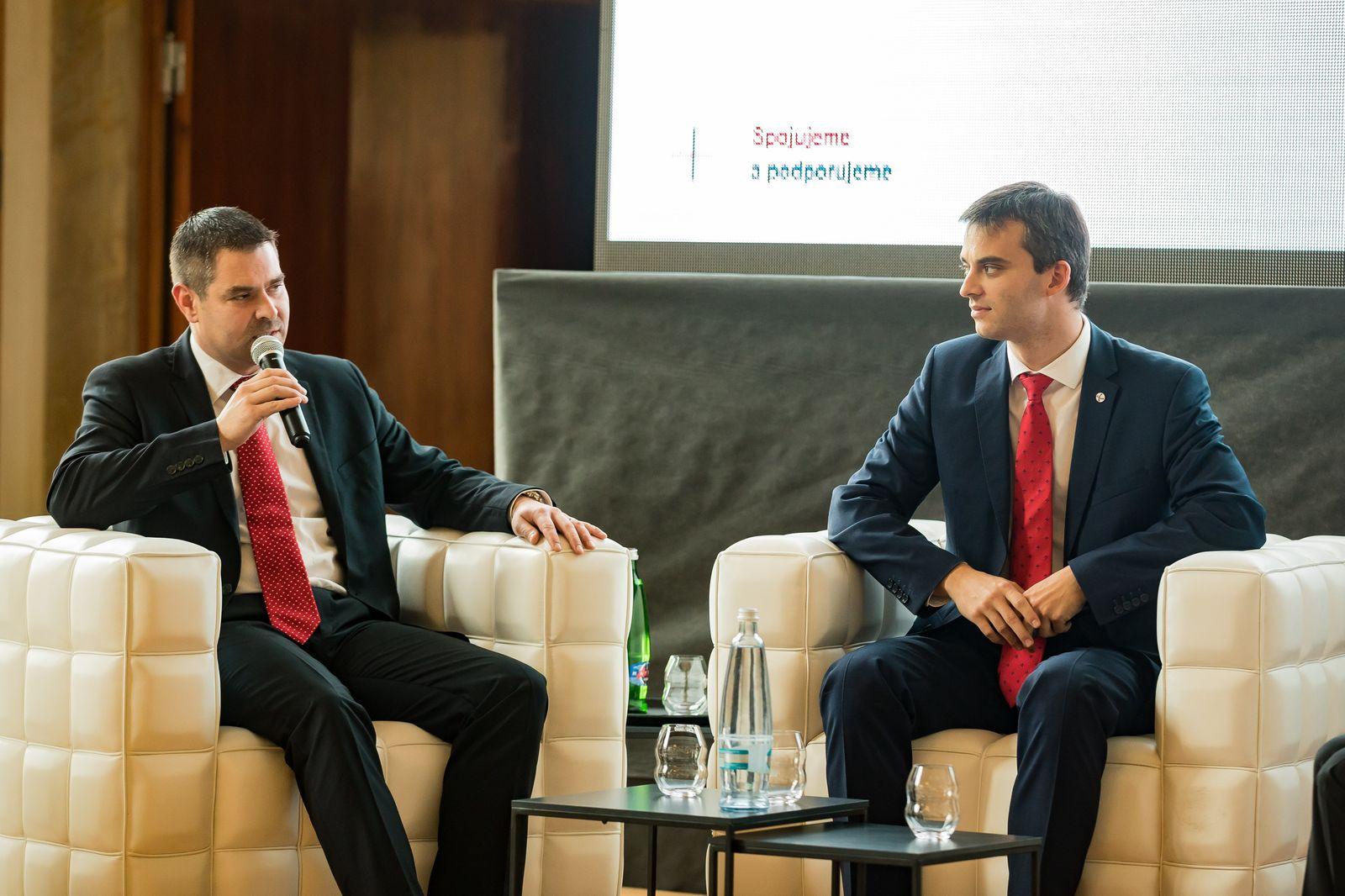 Bývalý ředitel agentury CzechInvest Karel Kučera (vpravo)