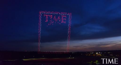 Časopis Time vyfotil ve vzduchu téměř tisíc dronů tvořících obálku jeho nejnovějšího čísla