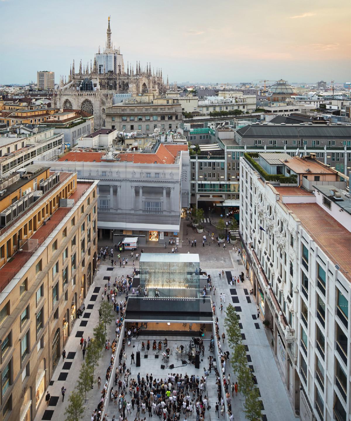 Apple Piazza Liberty se nachází v blízkostijedné z nejrušnějších ulic v Miláně Corso Vittorio Emanuel